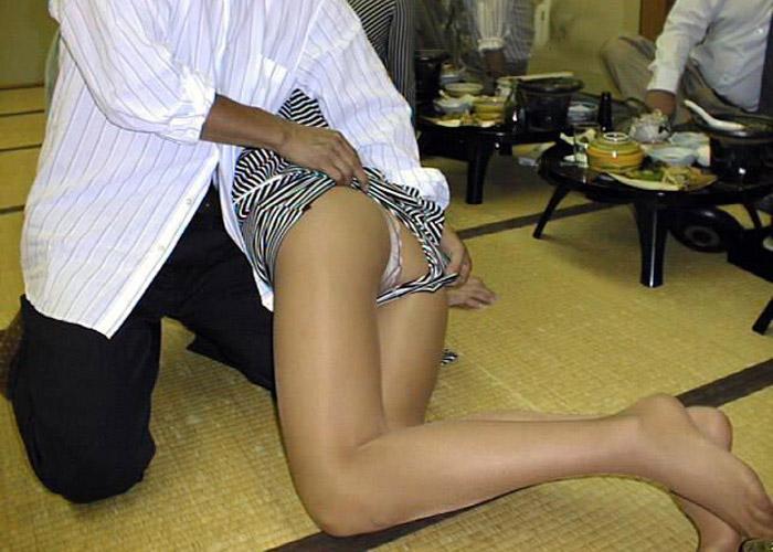 【宴会エロ画像】出張が楽しいという方々の、会社には言えないピンクコンパニオンとの戯れ(*´Д`)