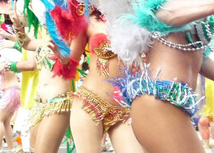 【イベントエロ画像】路上を過激衣装で踊るサンバ美女…色々見えそうで見逃せない(*´д`*)
