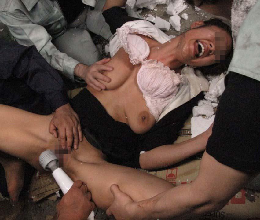 【複数プレイエロ画像】男数人から全身責め尽くされて悶絶ってレベルじゃない女の痴態(*゚∀゚)=3