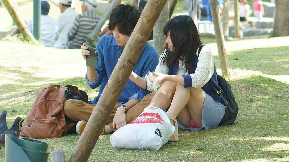【パンチラエロ画像】前後左右でパンツが丸見え!休日の公園でパンチラ漁り(*゚∀゚)=3