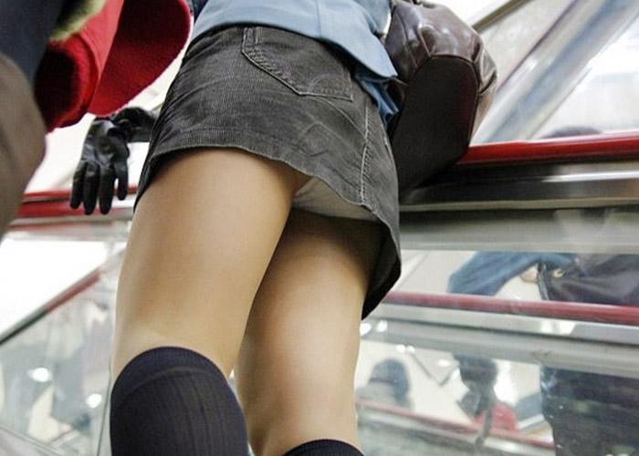 【パンチラエロ画像】上にミニスカ女性がいたら迷わず覗いてパンチラゲット!ただしこっそりと( ^ω^)