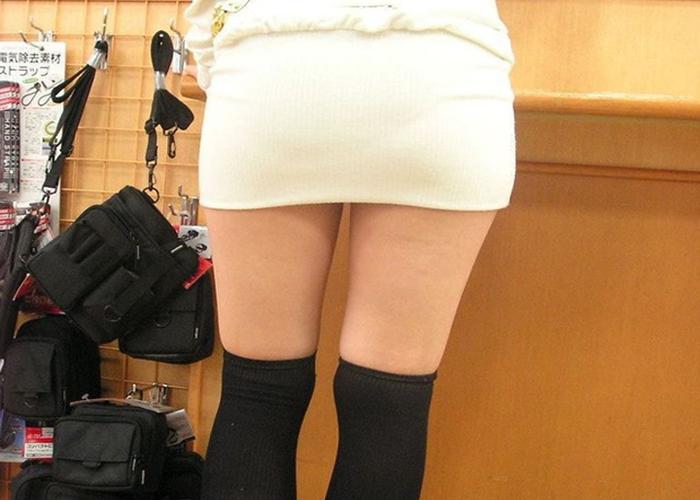【美脚エロ画像】ムチムチ太ももが際立つ絶対領域…街角のそそるニーソ女子 表紙