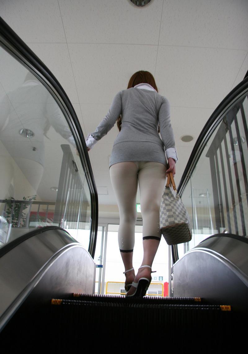 【レギンスエロ画像】いとも容易く透けるのに平気で露わにする素人女性のレギンス透けパン姿(*´Д`)