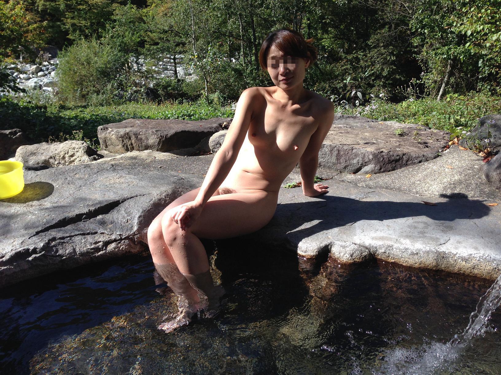 【露天風呂エロ画像】堂々と全裸を晒す場所、露天風呂。赤の他人の前でも大胆にやらかしさながら露出プレイ(゜ロ゜ノ)ノ