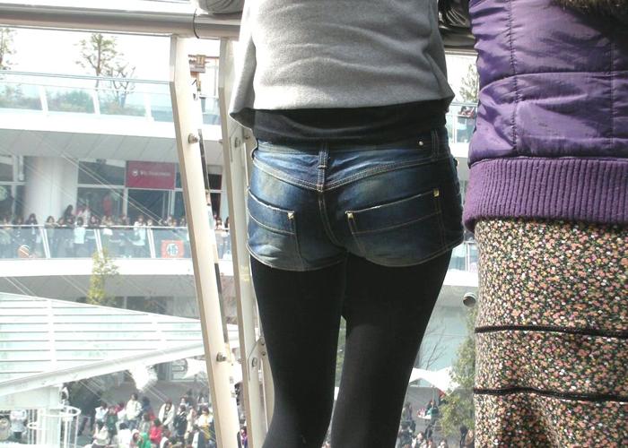 【ショーパンエロ画像】冬の装いショーパンに黒スト、露出控えめでも脚線美はハッキリ(*´Д`)