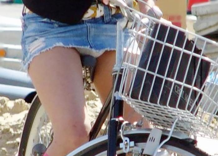 【パンチラエロ画像】斜め前から見放題!自転車に跨るミニスカ女子は常にパンモロ状態(*´д`*)