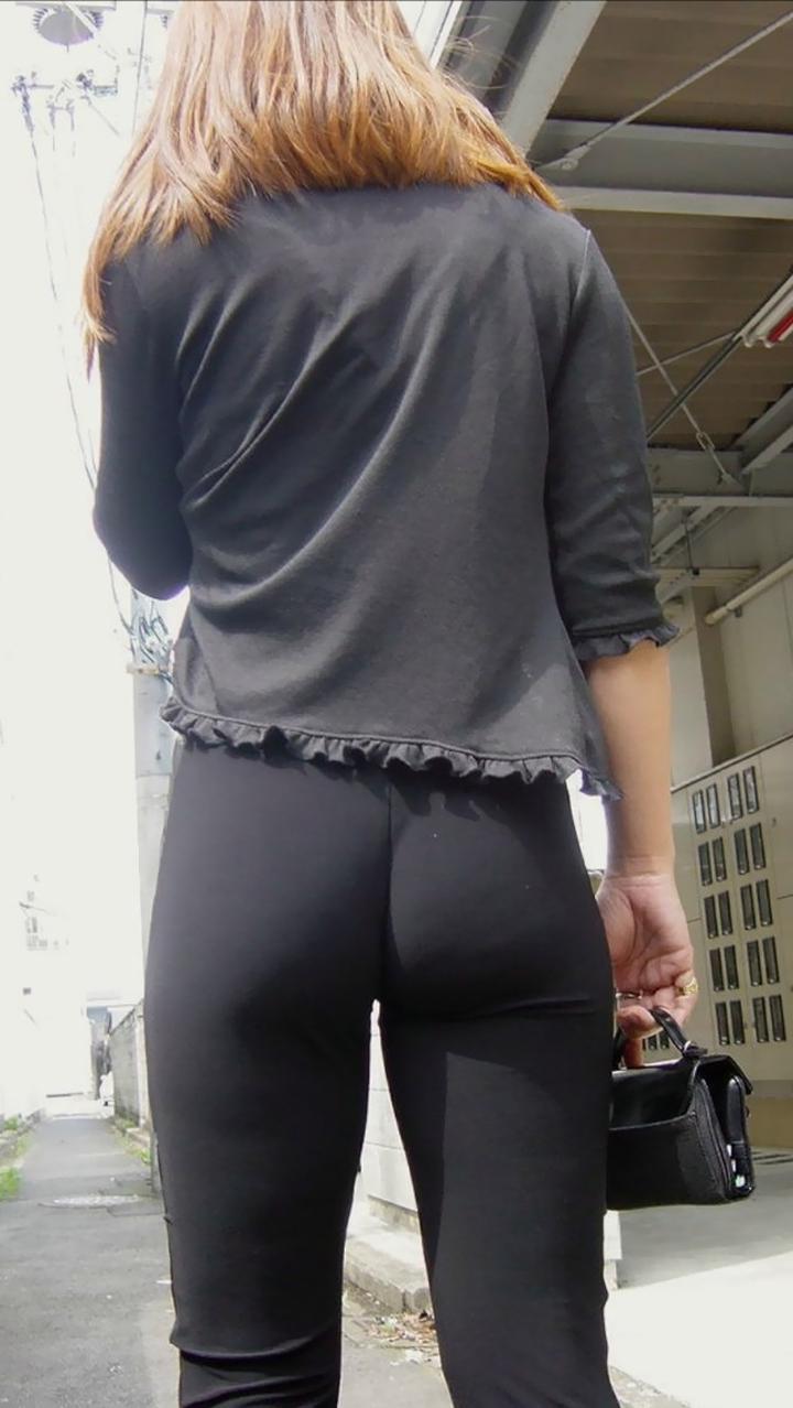 【透けパンエロ画像】こんなに下着透けてるのに見せてるとかw大胆スパッツ・レギンス姿な素人の透けパン尻撮り(*´Д`)