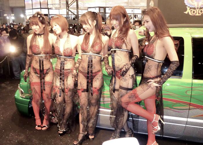 【キャンギャルエロ画像】衣装の過激さが際立つ美形キャンギャルにチンピク不可避(*゚∀゚)=3