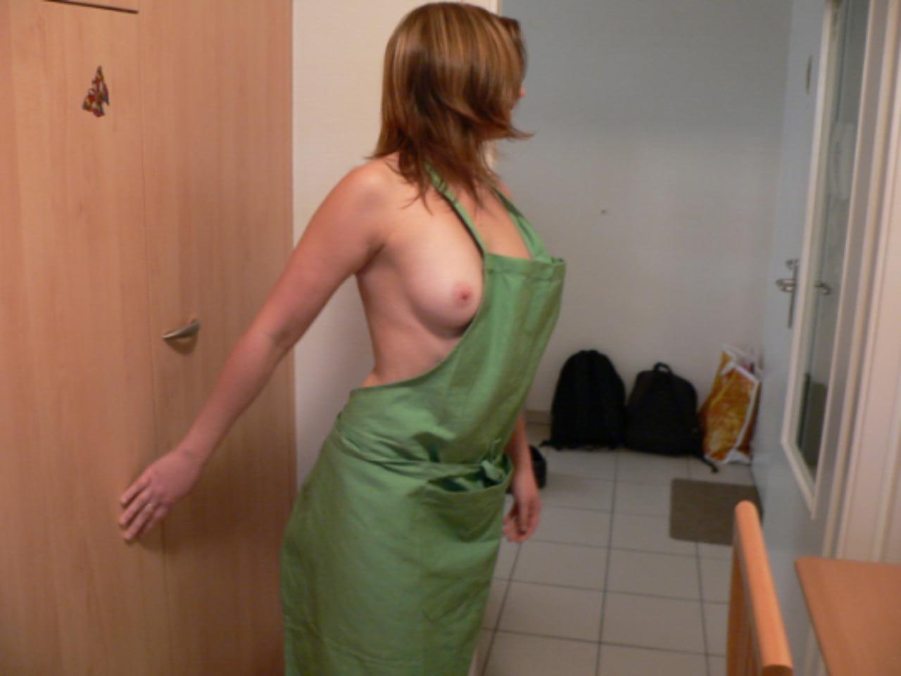 【コスプレエロ画像】玄関開けたら光の速さで即ハボしたい!ハミ乳モロ尻の裸エプロン妻(*゚∀゚)=3
