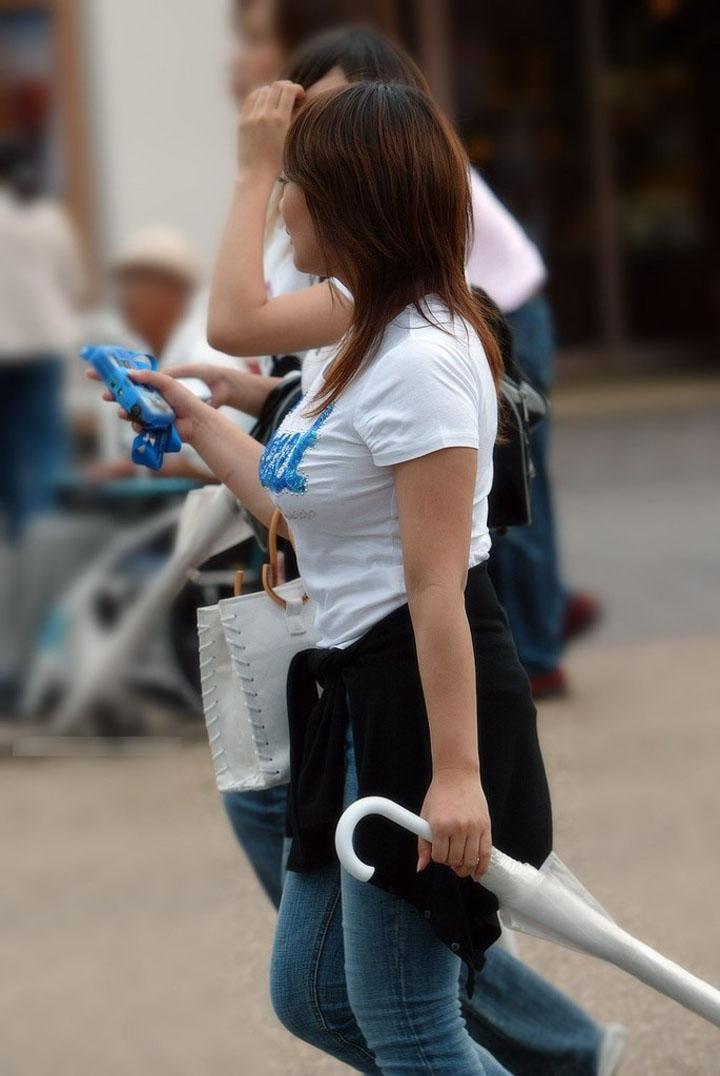 【着衣巨乳エロ画像】街の至る所にたわわな膨らみだらけ!最低1回はガン見したい着衣巨乳な素人撮り(*゚∀゚)=3