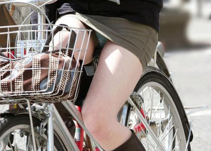 【パンチラエロ画像】きっと見せたいから自転車乗ってパンチラ乱発するミニスカギャル達(゜ロ゜ノ)ノ