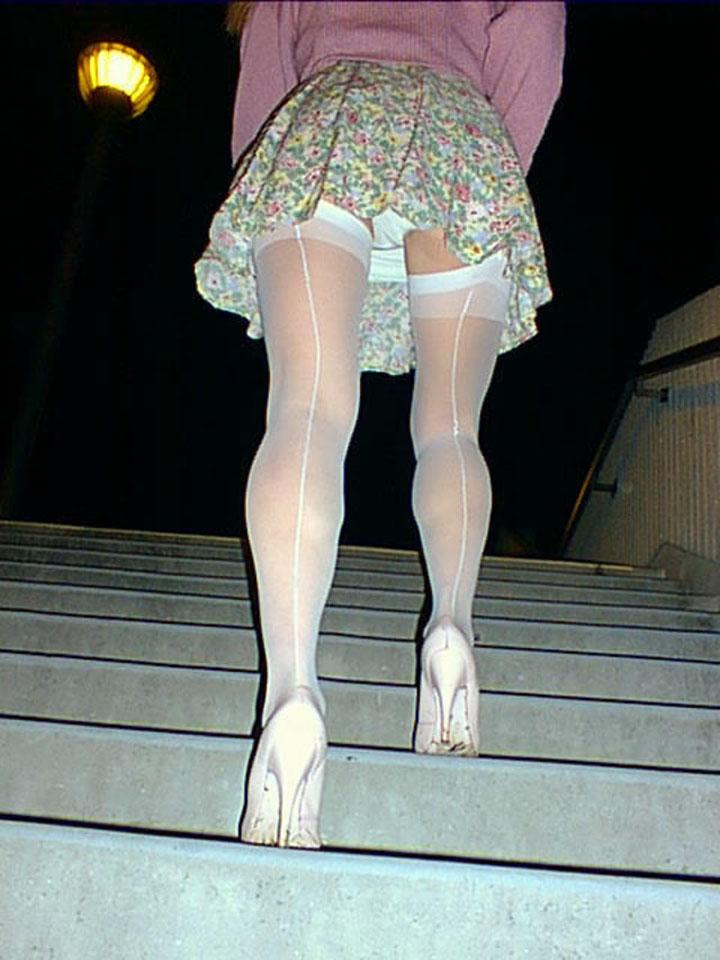 【パンチラエロ画像】階段上を仰げば絶景!ミニスカ女子の下着をローアングルでチラ覗き(*´Д`)