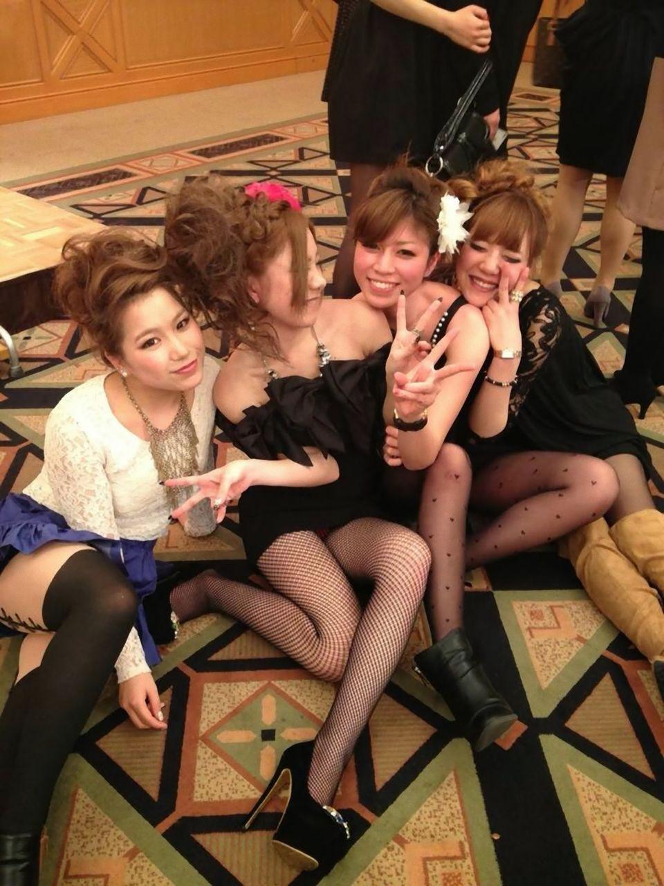 【ドレスパンチラ】パーティドレスでの集合写真パンチラ