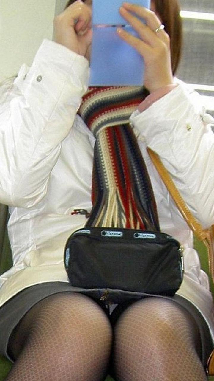 【パンチラエロ画像】鉄オタ以外でも電車に乗るのが好きな理由がこれw対面座席のパンチラ女子覗き(*´д`*)