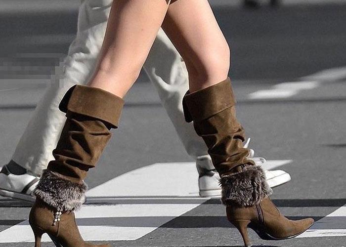 【美脚エロ画像】ニーソじゃなくても絶対領域wロングブーツの似合う美脚女子の街撮り(;´Д`)