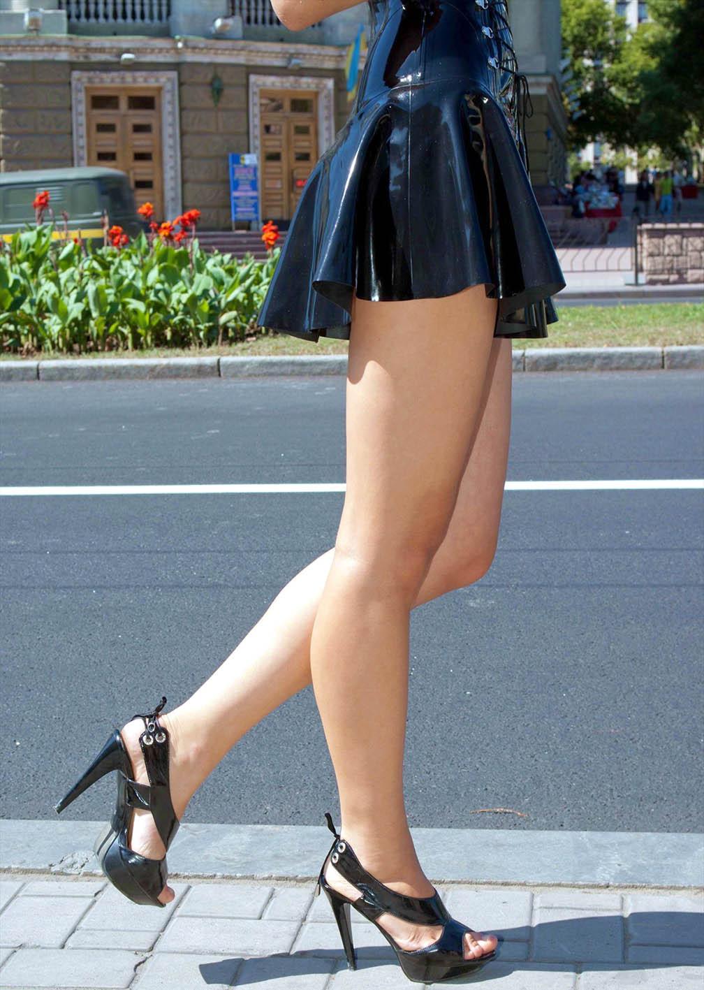 【街撮り美脚エロ画像】パンチラの力借りなくても魅力的な街の美脚を無差別撮りm9っ`・ω・´)