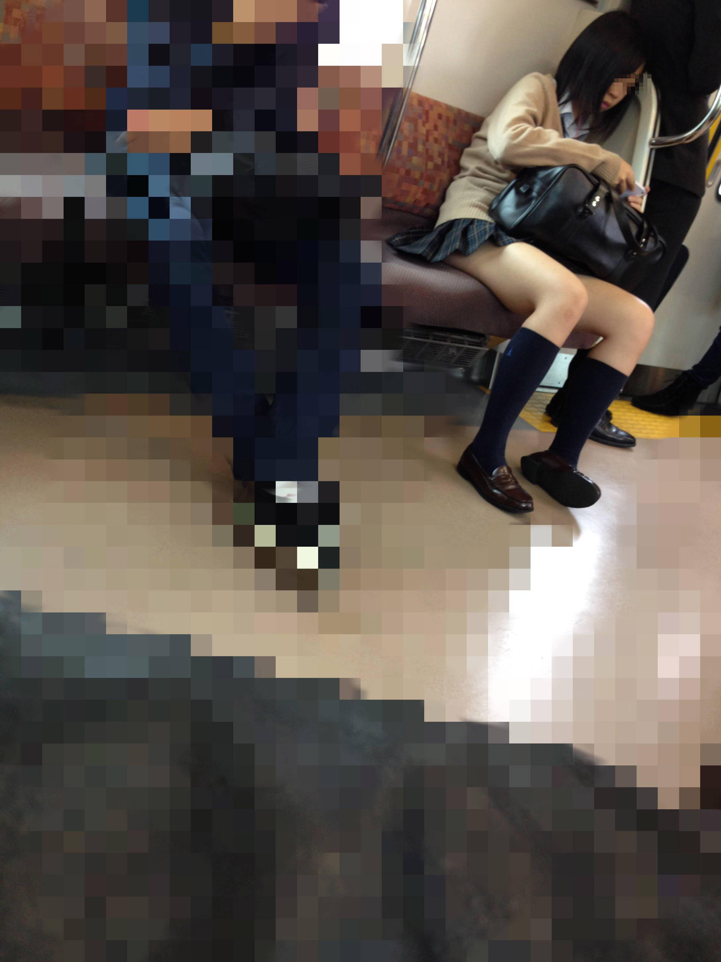 電車内でミニスカ姿で座ってるJKのエロさが異常な件