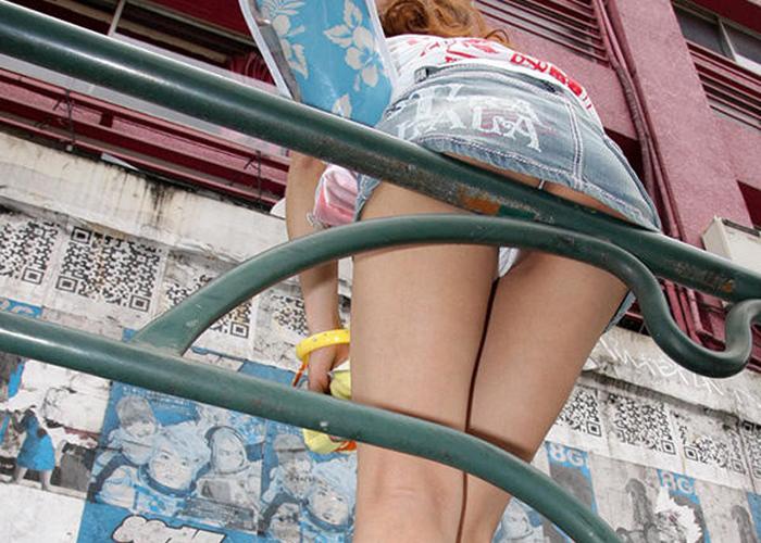 【ミニスカエロ画像】履くだけでエロフラグ立つw油断したらパンツハミ出すデニミニ女子(*゚∀゚)=3