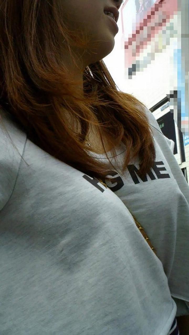 【着衣胸エロ画像】AもBっぽく見えちゃう!?ロケット乳のように魅せる無視できないパイスラ女子(*´д`*)