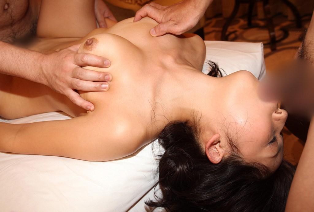 【複数プレイエロ画像】欲張りな女が上と下の口で肉棒しゃぶり倒して串刺し状態の図(;´Д`)