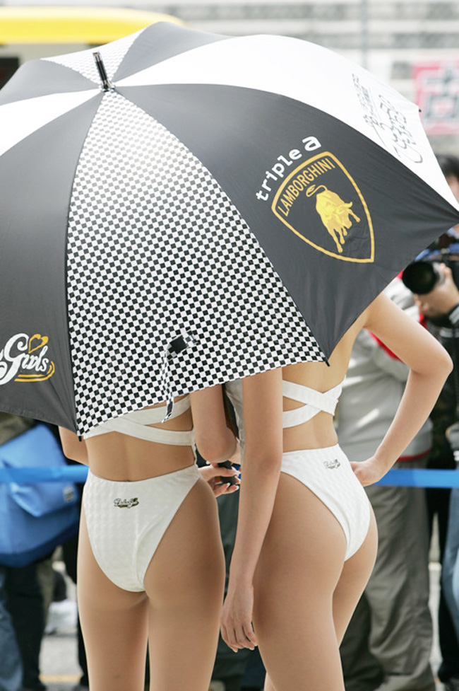 【RQエロ画像】後ろの食い込みも強烈wレースの妨げになりそうなエロ尻レースクィーン(;´Д`)