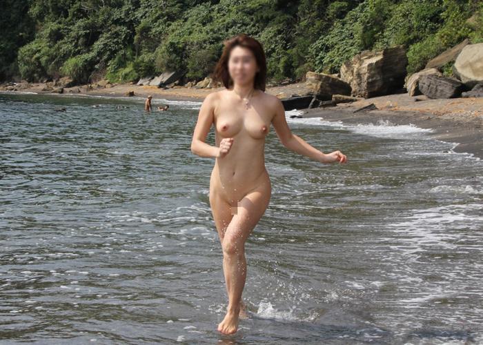 【露出エロ画像】ヤバイ時は潜ればおk!?海に近い場所で露出プレイする人達(;´Д`)