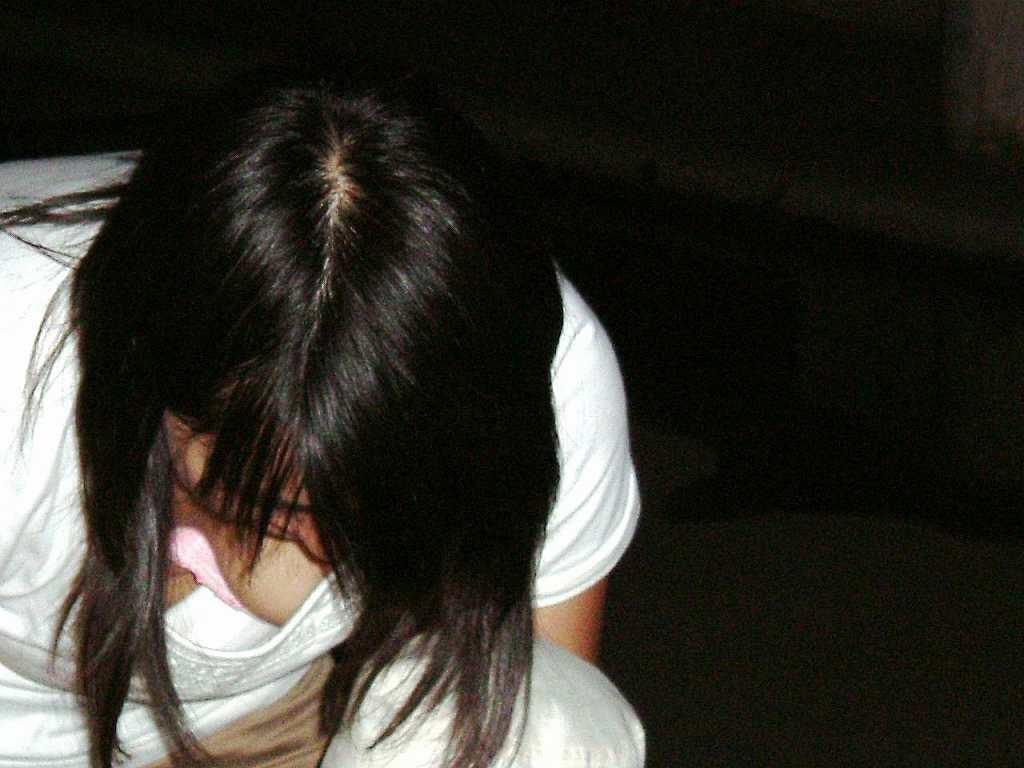 【胸チラエロ画像】覗けるなら先っちょ見えるまで粘りたいw乳首も見えてる事もあるウマーな胸チラ(*゚∀゚)=3