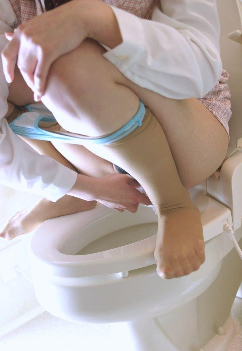 【女子トイレエロ画像】彼女にお便所での放尿立ち合いが許されるのは交際1年じゃ足りない(*´Д`)