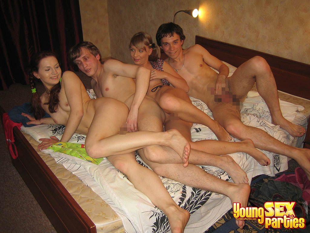 【海外エロ画像】生々しくも楽しそう…外人グループの乱交パーティーの実態(*゚∀゚)=3