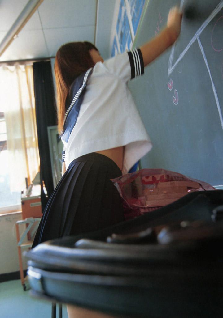 【コスプレエロ画像】健康的な腹チラがたまらない!ヘソまで網羅したいセーラー服姿(*´д`*)