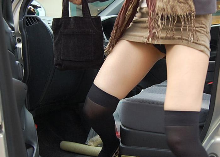 【パンチラエロ画像】車に関わるミニスカ女に予感的中!乗降時の見逃せないパンチラの瞬間(*゚∀゚)=3