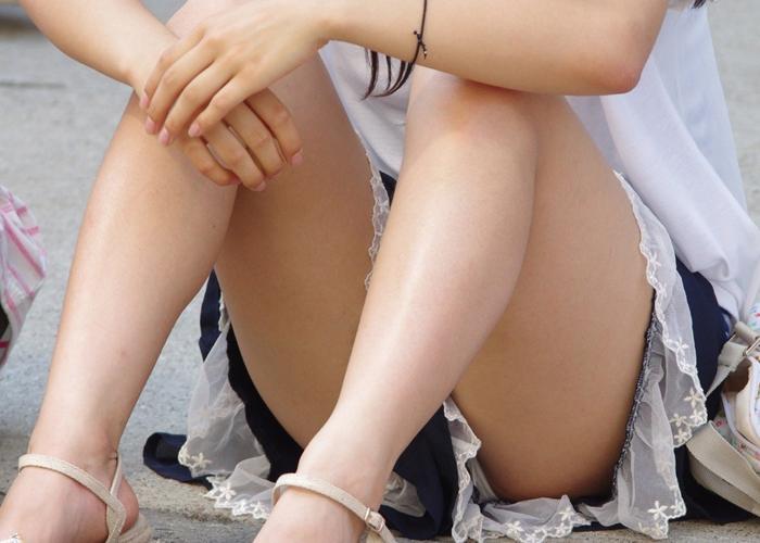 【パンチラエロ画像】パンツ見えるのに平気で座れるミニスカ女子の無防備さは異常(*´Д`)