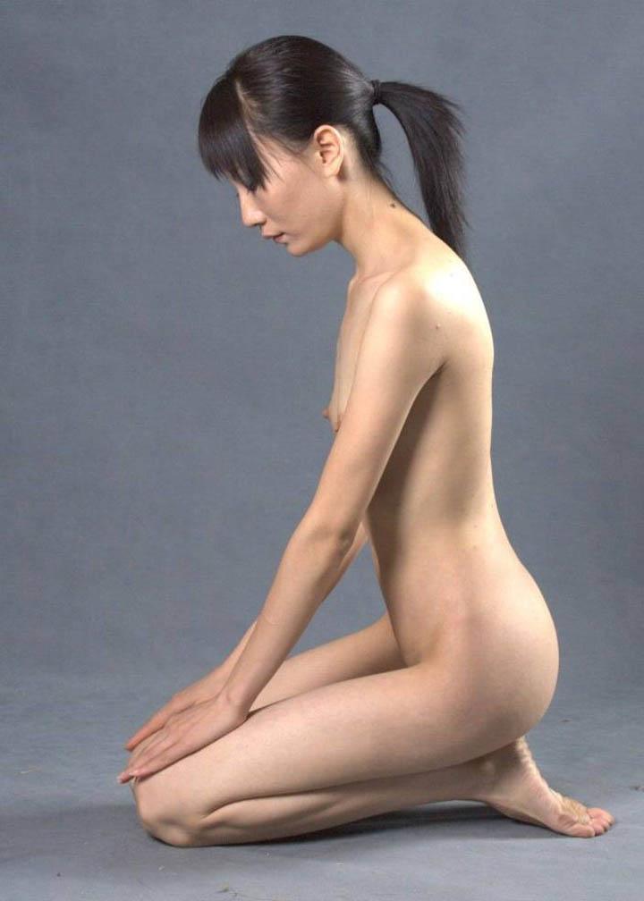 【調教エロ画像】後ろから足突いて追い込みたいw裸に正座で待つM女たち(*´Д`)