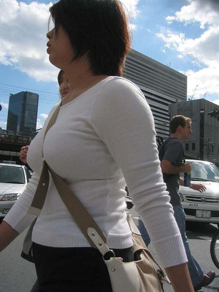【着衣巨乳エロ画像】ただでさえ目立つのにパイスラって余計にアピールかます着衣巨乳な女子たち(*´Д`)