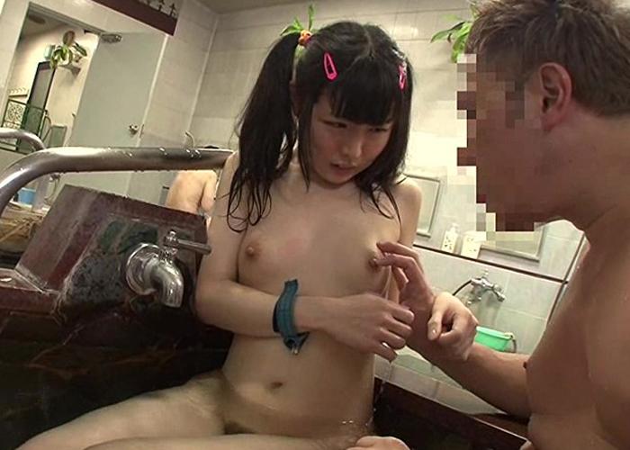 【エロ動画】父親の目を盗んで…男湯でキモいおっさんにこっそり狙われた美少女たち(*´Д`)