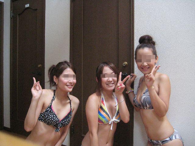 【水着エロ画像】最低1人は抜ける巨乳持ちのはずwビキニ素人の乳強調した記念撮影(*゚∀゚)=3