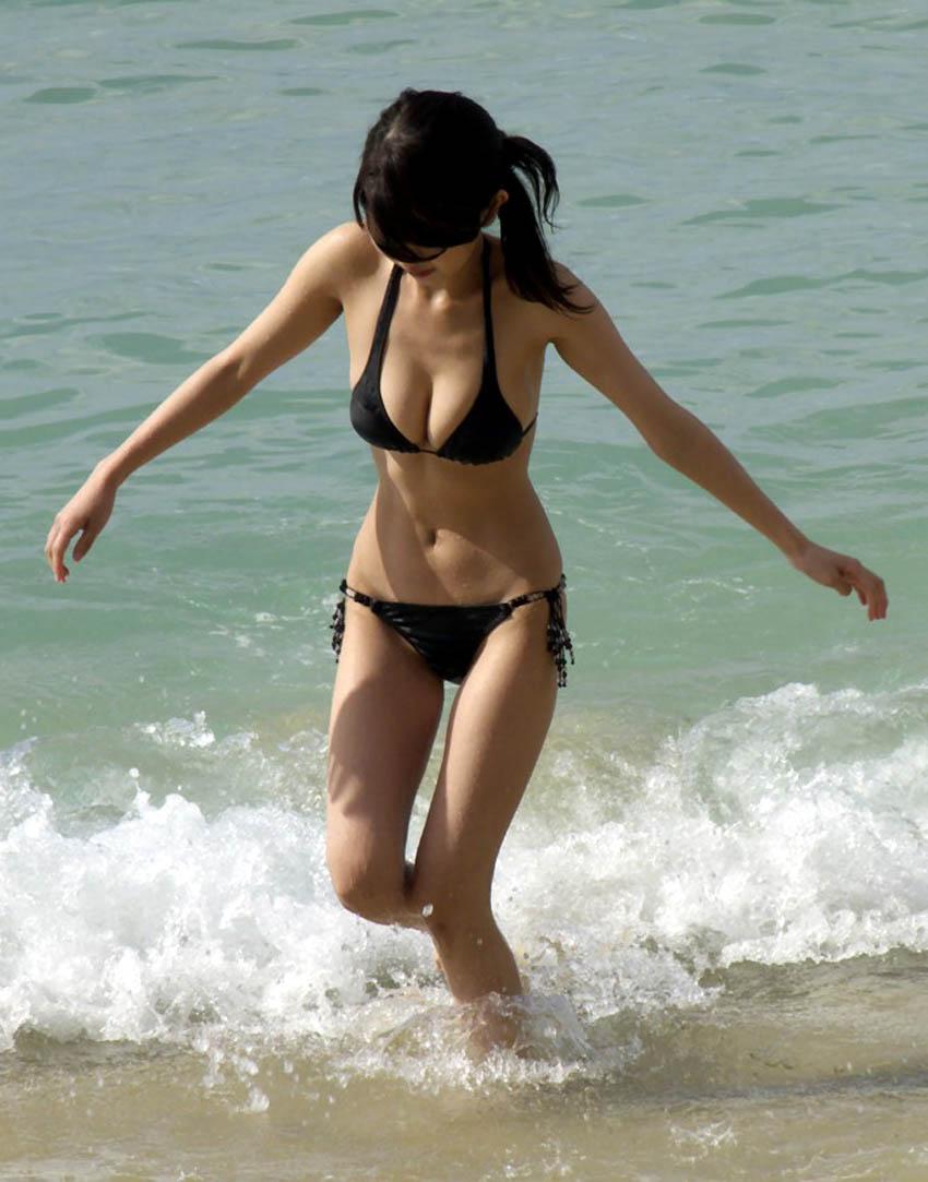 Фото брюнетка на пляже 13 фотография