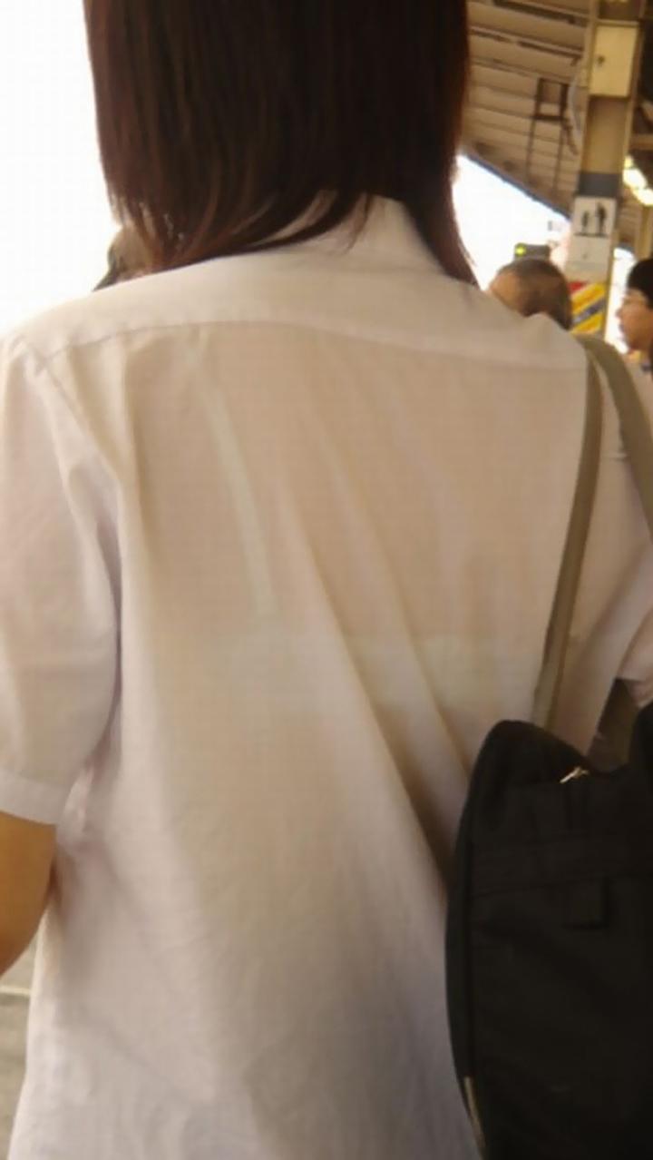 【透けブラエロ画像】前も後ろもスケスケなのに平然wほんのりエロい透けブラ女子(*´д`*)