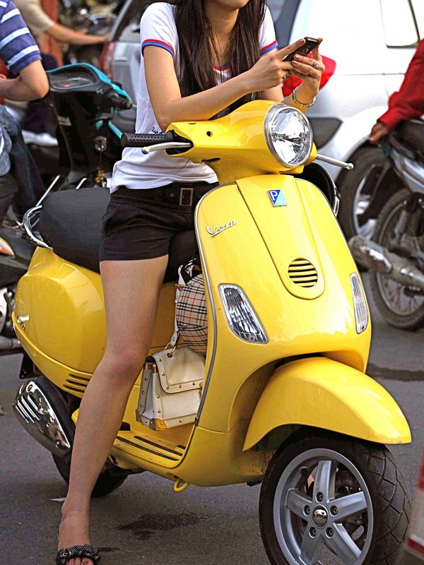 【バイク女子エロ画像】跨る女の美脚とチラ見えwバイクに跨る女のエロス(*´Д`)