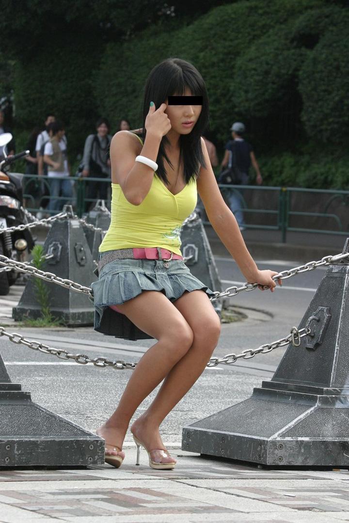 【ミニスカエロ画像】動いたら見えるぞ!殆どパンチラ状態な超ミニから目が離せない(*´д`*)