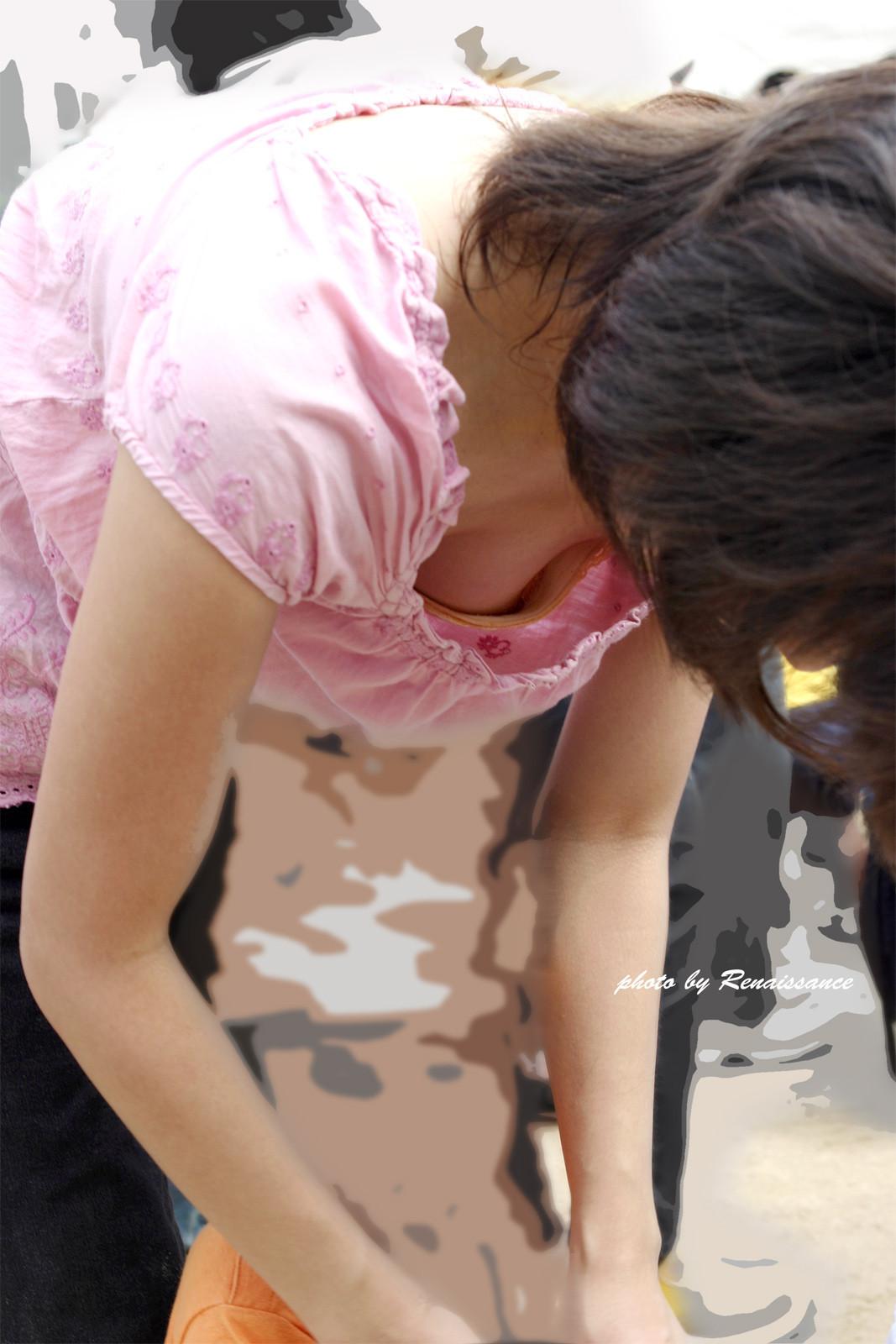 【胸チラエロ画像】おおっ!あの濃い色は…胸チラ狙うなら乳首もゲットするまで(*´д`*)