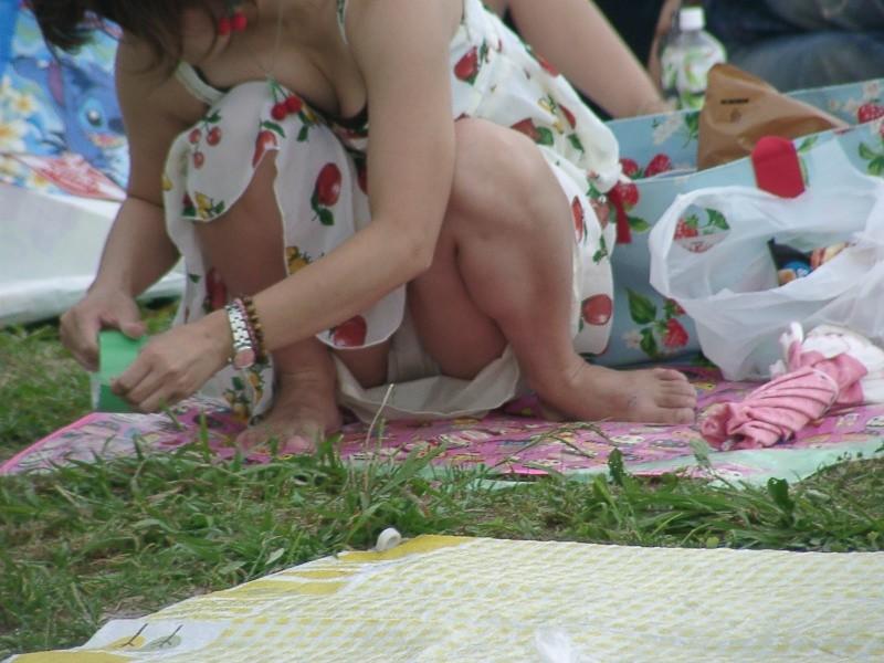 【パンチラエロ画像】股座に広がる花園を狙い撃ち!座るの歓迎ミニスカパンチラ(*゚∀゚)=3