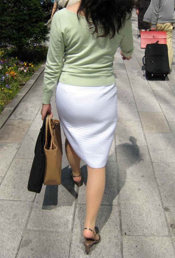 【着衣尻エロ画像】歩きながら揺れてる…街で見かけたエロさ隠せないムチプリの女尻(*´Д`)