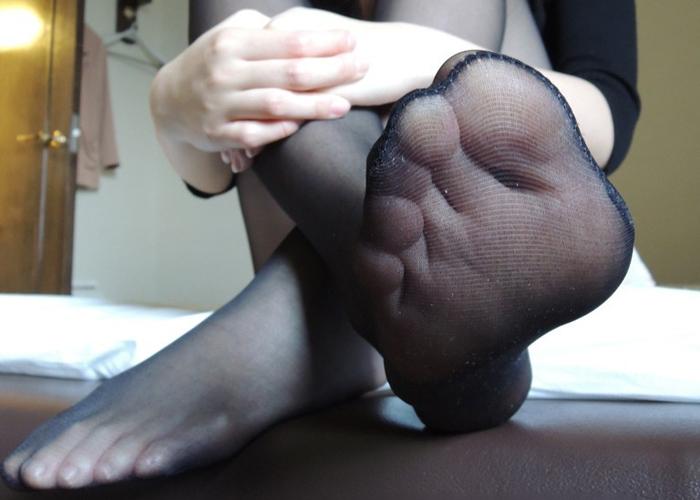 【パンストエロ画像】足コキお願いしてもいい?柔らかそうなパンスト足のアップ(*´Д`)