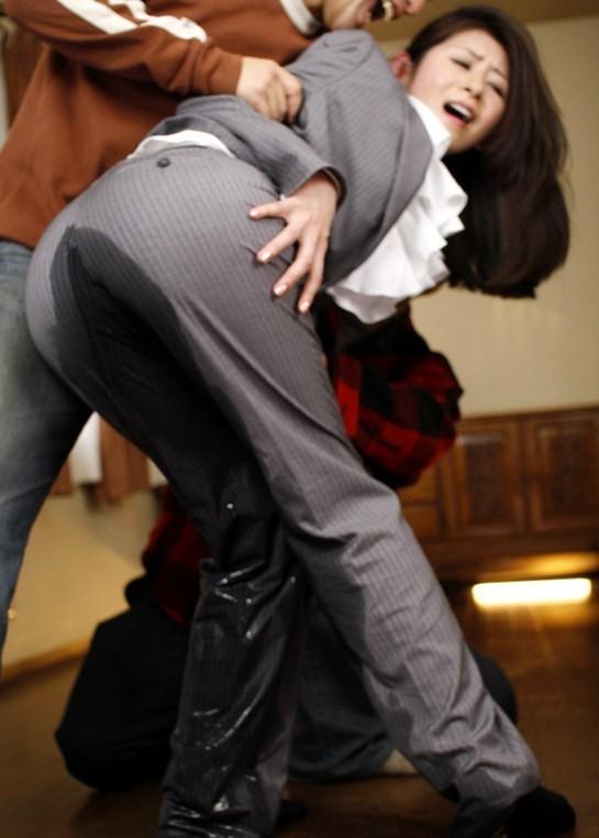 【失禁エロ画像】大人なら絶対に回避したい…が駄目!履いたままお漏らし羞恥(゜ロ゜ノ)ノ