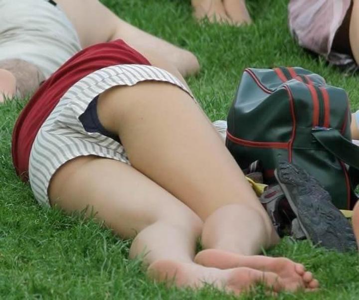 【パンチラエロ画像】何もスカートじゃなくとも!緩んだ隙間から覗くショーパンのチラ見え事故(*´Д`)