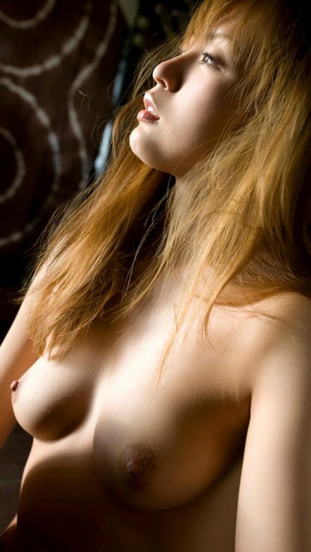 【美乳エロ画像】掴むと落ち着きます一瞬だけw手に収まるサイズの美乳おっぱい(*´д`*)