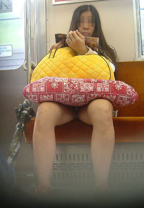 【パンチラ画像】心の中では見えてると教えているw電車対面のパンツ丸見え女子(*´Д`)