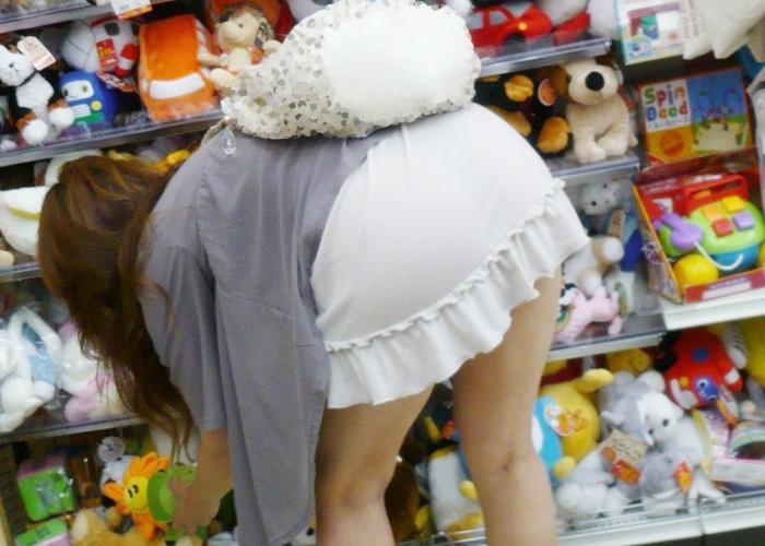 【透けパンエロ画像】結局お尻が大きい所為かw足掻いても隠せない下着の浮きと透け(;´Д`)