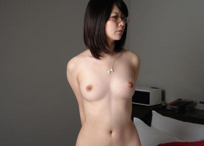 【眼鏡エロ画像】体の一部ですからw全裸になっても裸眼は見せないめがねっ娘(*´д`*)